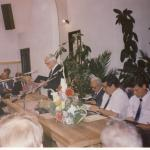 A mikrofonnál Madarász Lajos, tőle balra Pócsy Ferenc, ifj. Madarász Lajos, Madarász István.